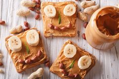 Kanapki z masłem orzechowym i bananowym odgórnym widokiem Zdjęcie Stock