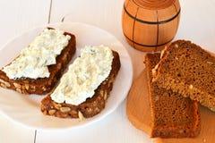 Kanapki z miękkim serem, kawałki chleb Zdjęcie Stock