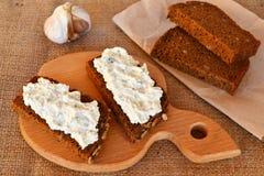 Kanapki z miękkim serem, kawałki chleb, czosnek Obrazy Royalty Free
