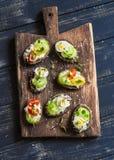Kanapki z miękkim serem, przepiórek jajkami, czereśniowymi pomidorami i selerem, Wyśmienicie zdrowy śniadanie lub przekąska Obrazy Royalty Free