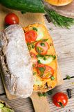 Kanapki z pomidorem i ogórkiem na drewnianym tle Fotografia Stock