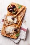 Kanapki z serem i oliwkami Zdjęcie Stock