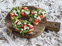 Kanapki z truskawkami, arugula i błękitnym serem, Wyśmienicie przekąska, śniadanie lub przekąska z winem, Obrazy Stock