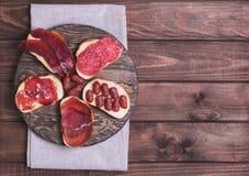 Kanapki z uwędzonym i targniętym mięsem obrazy stock