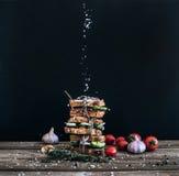 Kanapki z uwędzonym mięsem, pomidorem, czosnkiem, ogórkiem i ziele, obraz royalty free