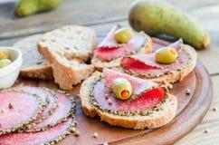 Kanapki z włoskim salami i bonkretami obrazy stock