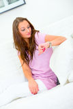 kanapy atrakcyjna zegarowa przyglądająca kobieta Zdjęcie Royalty Free