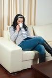 kanapy kawowa target544_0_ czytelnicza kobieta Fotografia Royalty Free