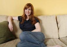 kanapy relaksująca kobieta Zdjęcie Royalty Free