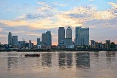 kanariefågel england london över den thames uk hamnplatsen Arkivbild