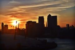 Kanariefågel Warf på solnedgången Arkivfoton