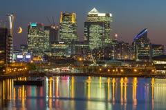 Kanariefågelhamnplats över Themsen på natten, London Arkivbilder