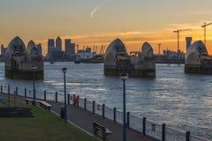 Kanariefågelhamnplats och Themsenbarriär på skymning, London UK Arkivbilder