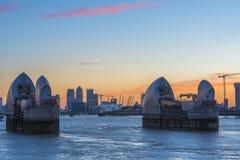 Kanariefågelhamnplats och Themsenbarriär på skymning, London UK Royaltyfri Fotografi