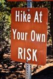 Kanarraville cai sentidos do sinal, taxas e regras da caminhada a seu próprio risco ao longo da fuga de caminhada da cachoeira no foto de stock