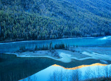 kanas的秋天结构树和湖 免版税库存图片