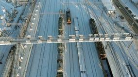Kanash, Ρωσία - 7 Ιανουαρίου 2019: Πέταγμα πέρα από τις διαδρομές σιδηροδρόμου με μια ατμομηχανή και τα βαγόνια εμπορευμάτων Χειμ φιλμ μικρού μήκους