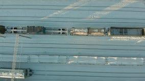 Kanash, Rússia - 7 de janeiro de 2019: Voo sobre as trilhas de estrada de ferro com uma locomotiva e os vagões Inverno Aéreo, hel video estoque