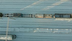 Kanash, Russie - 7 janvier 2019 : Vol au-dessus des voies ferrées avec une locomotive et des chariots L'hiver Aérien, hélicoptère clips vidéos