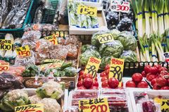 KANAZAWA, ΙΑΠΩΝΙΑ - 12 ΑΠΡΙΛΊΟΥ 2017: Φυτικά φρέσκα τρόφιμα αγοράς Omicho στοκ εικόνες