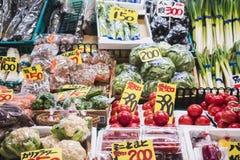 KANAZAWA JAPAN - APRIL 12, 2017: Ny livsmedelsprodukt för Omicho marknadsgrönsak arkivfoto