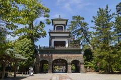 Kanazawa - Japan, Juni 11, 2017: Relikskrinport av den Oyama jinjaen Arkivbild