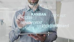 Kanban, panneau, concept, contrôlant, nuage de mot de développement fait comme hologramme employé sur le comprimé par l'homme bar banque de vidéos