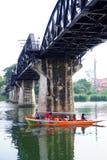 KANCHANABURI, ΤΑΪΛΑΝΔΗΣ - 14.2016 ΑΠΡΙΛΙΟΥ Γύρος βαρκών τουριστών στη φυσική ομορφιά, ο ποταμός Kwai Στοκ εικόνα με δικαίωμα ελεύθερης χρήσης