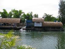 KANCHANABURI, ΤΑΪΛΑΝΔΗ - 26 Απριλίου 2017 houseboat και επιπλέον το εστιατόριο στον καταρράκτη Kanchanaburi Sai Yok Yai στην Ταϊλ στοκ εικόνες