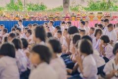 KANCHANABURI ΤΑΪΛΑΝΔΗ - 14 ΙΟΥΝΊΟΥ: Οι μη αναγνωρισμένοι σπουδαστές διακοσμούν Στοκ Εικόνα
