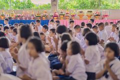 KANCHANABURI ΤΑΪΛΑΝΔΗ - 14 ΙΟΥΝΊΟΥ: Οι μη αναγνωρισμένοι σπουδαστές διακοσμούν Στοκ Εικόνες