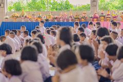 KANCHANABURI ΤΑΪΛΑΝΔΗ - 14 ΙΟΥΝΊΟΥ: Οι μη αναγνωρισμένοι σπουδαστές διακοσμούν Στοκ Φωτογραφία