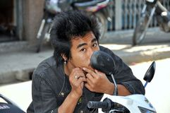 Kanchanaburi, Ταϊλάνδη: Ταϊλανδική νεολαία στη μοτοσικλέτα Στοκ φωτογραφία με δικαίωμα ελεύθερης χρήσης