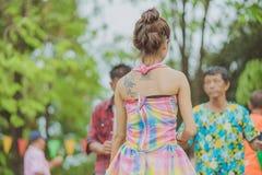 KANCHANABURI ТАИЛАНД - 17-ОЕ АПРЕЛЯ: Счастье тайских людей наслаждается станцевать на этапе в ежегодном фестивале Songkran 17-ого стоковое фото rf