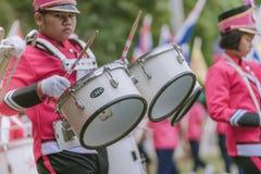 KANCHANABURI ТАИЛАНД - 18-ОЕ ИЮЛЯ: Тайский военный оркестр школы дальше стоковые изображения rf