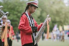 KANCHANABURI ТАИЛАНД - 18-ОЕ ИЮЛЯ: Тайский военный оркестр школы дальше стоковое фото