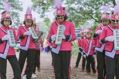KANCHANABURI ТАИЛАНД - 18-ОЕ ИЮЛЯ: Тайский военный оркестр школы дальше стоковое изображение