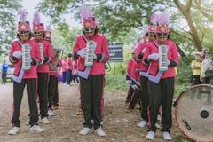 KANCHANABURI ТАИЛАНД - 18-ОЕ ИЮЛЯ: Тайский военный оркестр школы дальше стоковые фотографии rf