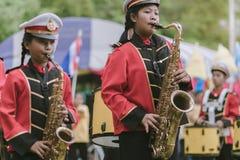 KANCHANABURI ТАИЛАНД - 18-ОЕ ИЮЛЯ: Тайский военный оркестр школы дальше стоковая фотография rf