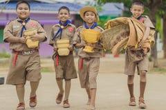 KANCHANABURI ТАИЛАНД - 13-ОЕ ИЮНЯ: Неопознанные разведчики мальчика prepar стоковое изображение