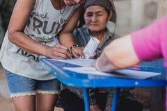 KANCHANABURI ТАИЛАНД - 11-ОЕ МАРТА: Неопознанный фермер подписывает lan стоковая фотография rf