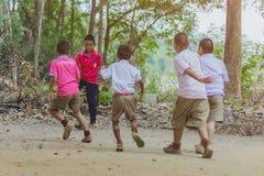 KANCHANABURI ТАИЛАНД - 2-ОЕ ФЕВРАЛЯ: Неопознанные студенты наслаждаются сыграть старый футбол с их друзьями на том основании в шк стоковые фото