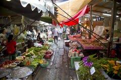 KANCHANABURI, TAILÂNDIA - EM FEVEREIRO DE 2014: Trem que passa através do mercado de dobramento do guarda-chuva Imagem de Stock