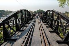 KANCHANABURI, TAILÂNDIA - Janury 28, 2016: Trem na ponte ov Fotografia de Stock Royalty Free