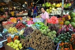 Kanchanaburi, Tailândia: Vendedor da fruta no mercado foto de stock