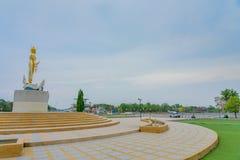 KANCHANABURI TAIL?NDIA - 5 DE ABRIL: Est?tuas douradas de uma Buda situadas na represa em abril 5,2019 de Mae Klong imagem de stock