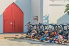 KANCHANABURI, TAILÂNDIA 10 DE DEZEMBRO: Carros de madeira velhos que esperam Imagens de Stock Royalty Free
