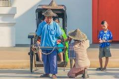 KANCHANABURI, TAILÂNDIA 10 DE DEZEMBRO: Carros de madeira velhos que esperam Imagem de Stock Royalty Free