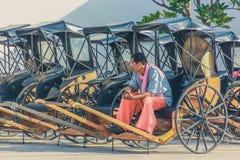 KANCHANABURI, TAILÂNDIA 10 DE DEZEMBRO: Carros de madeira velhos que esperam Fotos de Stock Royalty Free