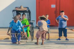KANCHANABURI, TAILÂNDIA 10 DE DEZEMBRO: Carros de madeira velhos que esperam Fotos de Stock